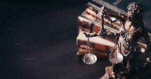 No texto sobre as áreas do Direito que estão em alta, a imagem traz a estátua da justiça e livros ao fundo.